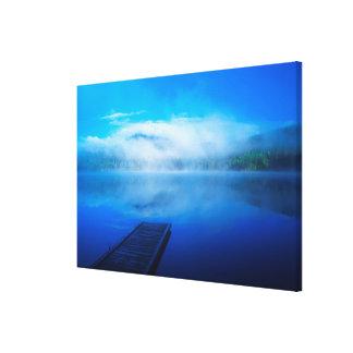Dock sur le lac brumeux calme, la Californie Toile