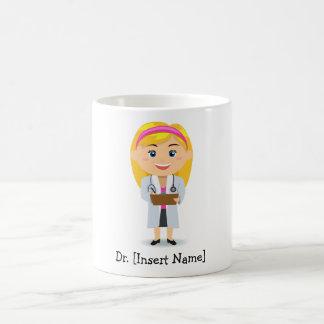Docteur féminin blond personnalisé mug blanc
