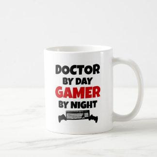 Docteur par le Gamer de jour par nuit Mug Blanc