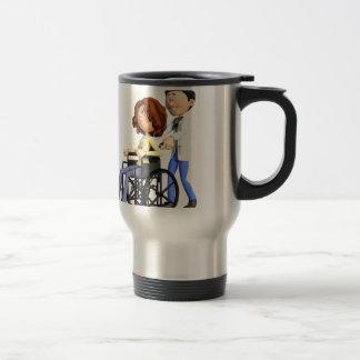 Docteur Wheeling Patient In Wheelchair de bande Mug De Voyage