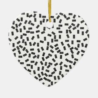 Dominos sur le blanc ornement cœur en céramique