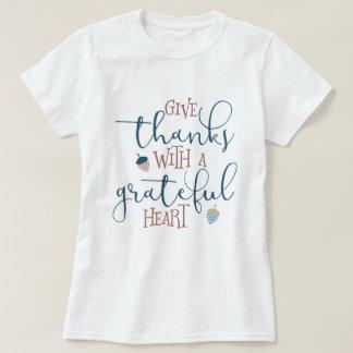 Donnez les mercis avec un coeur reconnaissant t-shirt