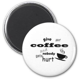 Donnez-moi le café et personne n'obtient le mal magnet rond 8 cm