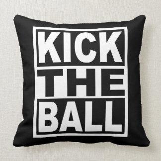 Donnez un coup de pied la boule coussin