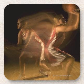 Double exposition de femme jouant au basket-ball dessous-de-verre