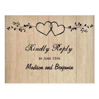 Doubles coeurs en bois rustiques épousant des cartes postales