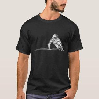 Downhiill dessinant le T-shirt foncé