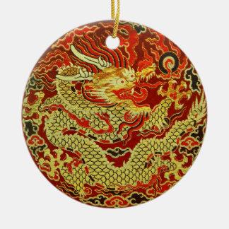 Dragon asiatique d'or brodé sur rouge foncé ornement rond en céramique