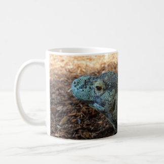 Dragon de Komodo enroulé autour de la tasse