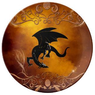 Dragon noir dans le ciel assiette en porcelaine