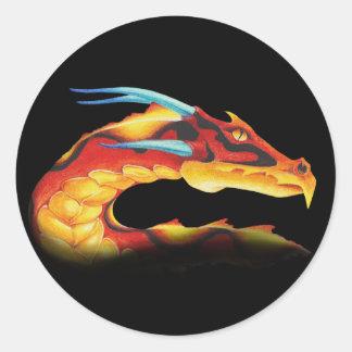 Dragon rouge courageux avec les klaxons bleus sticker rond