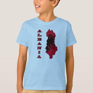 Drapeau albanais dans la carte d'ensemble de t-shirt