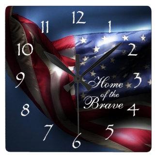 Drapeau américain/à la maison rougeoyants du coura horloge carrée