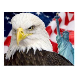 Drapeau américain et statue d'aigle de la liberté carte postale