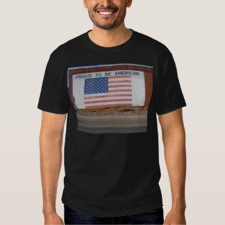 Drapeau américain peint sur le vieux bâtiment t-shirts