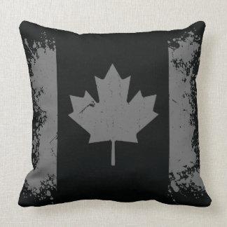 Drapeau argenté de grunge du Canada Coussin