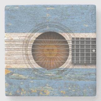 Drapeau argentin sur la vieille guitare acoustique dessous de verre en pierre