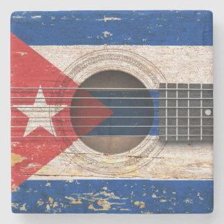 Drapeau cubain sur la vieille guitare acoustique dessous de verre en pierre