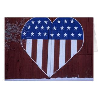 Drapeau dans la forme de coeur peinte sur la carte de vœux