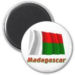 Drapeau de ondulation du Madagascar avec le nom Magnets Pour Réfrigérateur