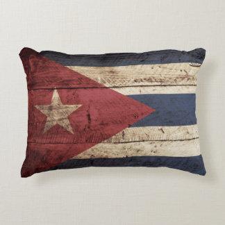 Drapeau du Cuba sur le vieux grain en bois Coussins Décoratifs