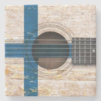 Drapeau finlandais sur la vieille guitare dessous de verre en pierre