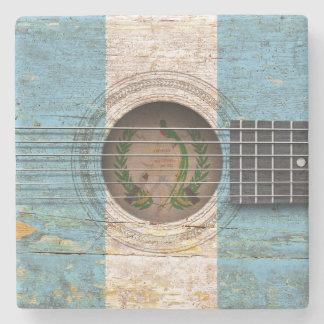 Drapeau guatémaltèque sur la vieille guitare sous-bock en pierre