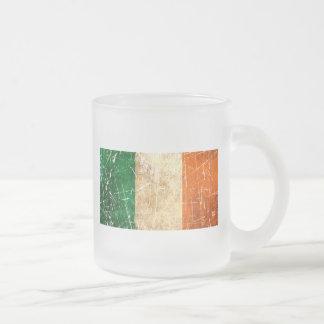 Drapeau irlandais vintage rayé et porté tasse