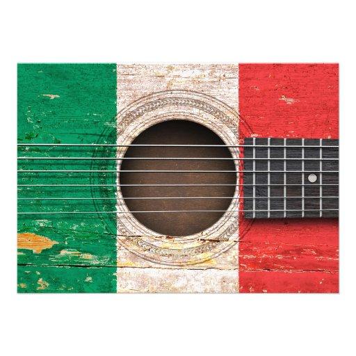 Drapeau italien sur la vieille guitare acoustique cartons d'invitation