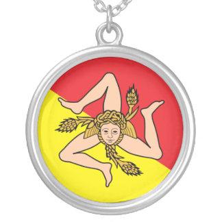 Drapeau sicilien avec le collier de Triskelion