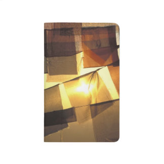 Drapeaux bouddhistes de prière dans le coucher du carnet de poche