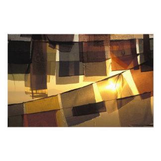 Drapeaux bouddhistes de prière dans le coucher du  photographies d'art