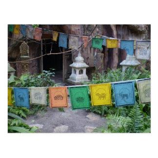 Drapeaux de prière au temple cartes postales