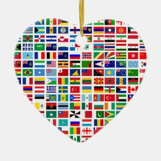 drapeaux du monde contre le blanc ornement cœur en céramique