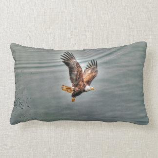 Eagle chauve américain volant au-dessus de l'océan coussins carrés
