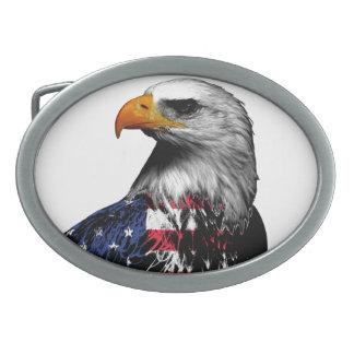 Eagle chauve patriotique a drapé dans le drapeau boucle de ceinture ovale