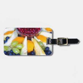 Échelle en verre complètement de divers fruits étiquette à bagage