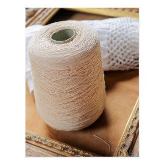 écheveau de laine et de cadre carte postale