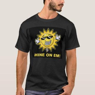 Éclat sur la pièce en t de fin de support t-shirt