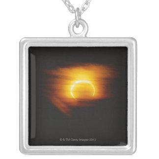 Éclipse annulaire collier
