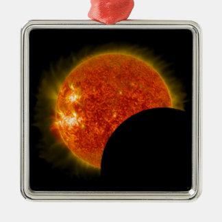 Éclipse solaire en cours ornement carré argenté