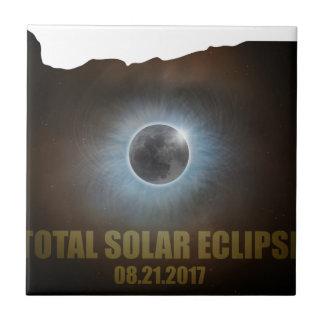 Éclipse solaire totale dans le contour de carte de petit carreau carré