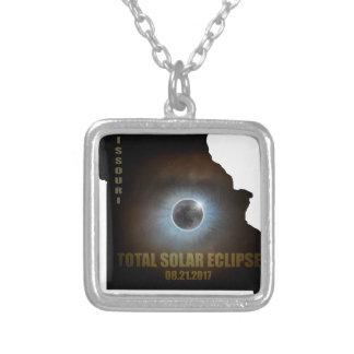 Éclipse solaire totale dans le contour de carte du collier