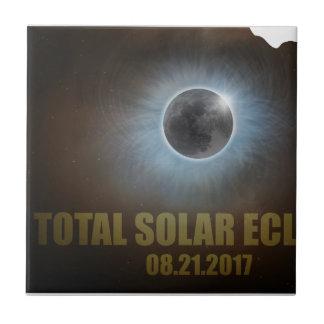 Éclipse solaire totale dans le contour de carte du petit carreau carré