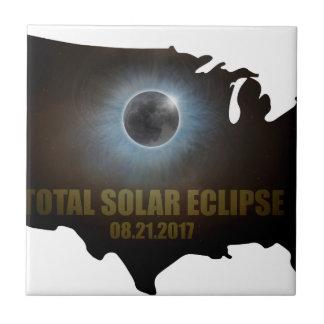 Éclipse solaire totale dans le contour de carte petit carreau carré