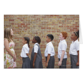 Écoliers alignant dans le terrain de jeu pour carte de vœux