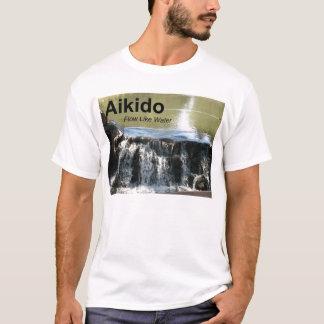 Écoulement d'Aikido comme le T-shirt de l'eau