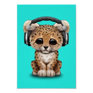 Écouteurs de port de léopard mignon de bébé carton d'invitation 8,89 cm x 12,70 cm