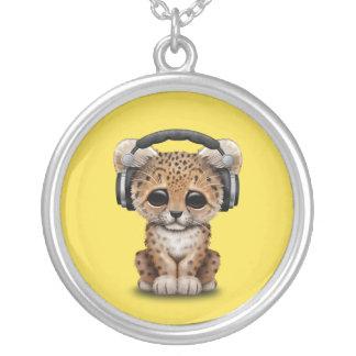 Écouteurs de port de léopard mignon de bébé pendentif rond