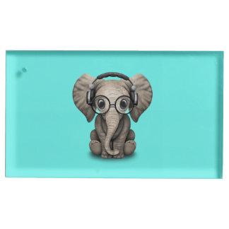 Écouteurs de port et verre du DJ d'éléphant mignon Porte-numéro De Table